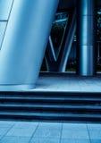 Metaalkolommen in moderne futuristische architectuur stock foto's