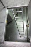 Metaalladder in industriële ruimte Royalty-vrije Stock Fotografie
