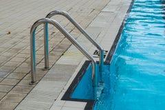 Metaalladder om de pool in te gaan Stock Foto's