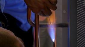 Metaallassen in fabriek stock videobeelden
