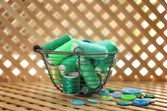 Metaalmand met groene naaiende draden en knopen Royalty-vrije Stock Afbeeldingen