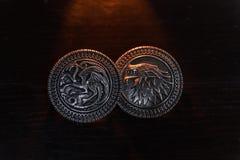 Metaalmedailles door de Grimmige huisschilden en Targaryen van het TV-reeksspel van Tronen voor verkoop als amuletten worden ge?n royalty-vrije stock foto
