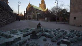 Metaalmodel van Glasgow Cathedral in Schotland De echte Kathedraal wordt gezien op de achtergrond, eerst uit nadruk en dan, na s stock footage