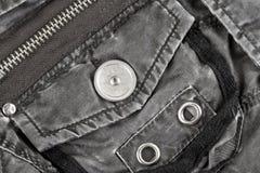 Metaalmontage op gewatteerd jasje van weefsel stock fotografie