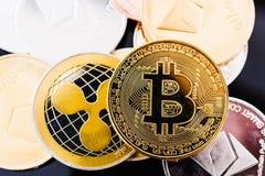 Metaalmuntstukken bitcoin en digitale cryptocurrency van XRP Stock Foto's
