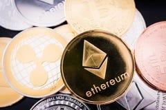 Metaalmuntstukken Ethereum en digitale cryptocurrency van XRP Stock Foto's