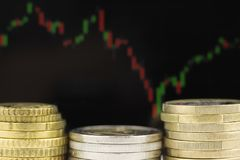 Metaalmuntstukken tegen de achtergrond van het financiële programma stock afbeeldingen