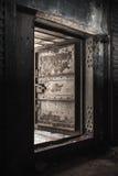Metaalmuur en open zware staaldeur Stock Fotografie
