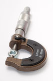 Metaalnoot in micrometers wordt aangehaald die Royalty-vrije Stock Fotografie