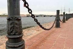 Metaalomheining de rivier met kettingen op polen in Heilige Petersburg Royalty-vrije Stock Foto's