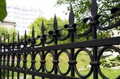Metaalomheining met gesmede elementen Bescherming van het huis Royalty-vrije Stock Afbeeldingen