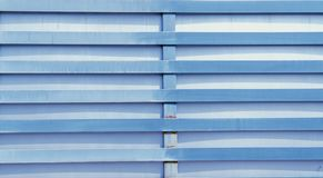 Metaalomheining van blauwe kleur met roest stock foto's