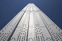 Metaalpijler of kolom van brug tegen blauwe hemel Royalty-vrije Stock Foto's
