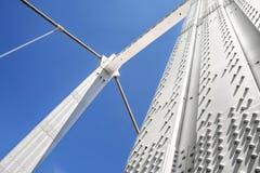 Metaalpijlers van kabelbrug tegen blauwe hemel Royalty-vrije Stock Afbeeldingen