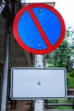 Metaalplaat, Verkeers Verbiedend Teken: Het parkeren is belemmerd, Geen Parkeren Het teken, als rode diagonale bar binnen B gewoo royalty-vrije stock foto