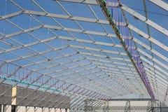 Metaalplafondstructuur in aanbouw en Blauwe Hemel op achtergrond royalty-vrije stock afbeeldingen