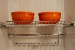 Metaalplanken voor schotels, ingebouwde keukenkasten stock foto