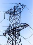 Metaalpolen voor elektriciteit tegen een blauwe hemel stock foto