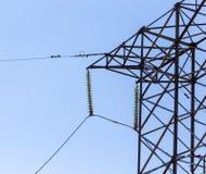 Metaalpolen voor elektriciteit tegen een blauwe hemel royalty-vrije stock afbeelding