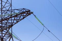 Metaalpolen voor elektriciteit tegen een blauwe hemel royalty-vrije stock foto's