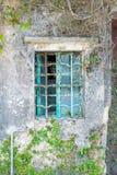 Metaalraamkozijn op een oud huis Royalty-vrije Stock Foto