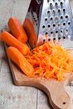 Metaalrasp en wortel Stock Foto