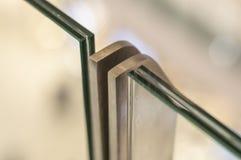 Metaalrek met inrichting voor triplex glas royalty-vrije stock afbeelding