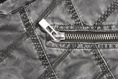Metaalritssluiting op gewatteerd jasje van weefsel stock foto
