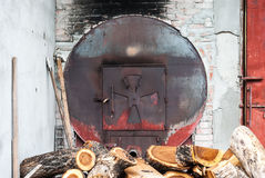 Metaalronde van Oven voor Houten Baksel in Industriële Fabriek wordt gevormd die Stock Fotografie