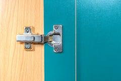 Metaalscharnier op de deur Stock Foto's