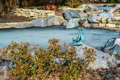 Metaalschildpad in Japanize-tuin in botanisch de tuin openbaar bezit van Heilige Petersburg Stock Foto