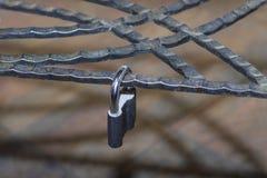 Metaalslot, op een metaal decoratief gesmeed rooster dat wordt gesloten stock afbeelding
