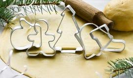 Metaalsnijder voor Kerstmiskoekjes: peperkoekmens, sparren, glo Stock Fotografie