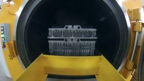 Metaalspaties in industriële tank worden verwerkt die Geautomatiseerd productiemateriaal stock footage