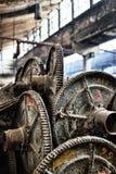 Metaalspoelen in verlaten katoenen fabriek Stock Fotografie