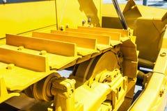 Metaalsporen op de tractor gele sporentractor Stock Fotografie