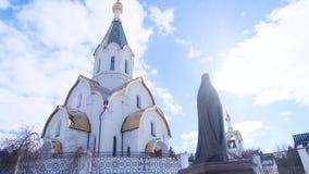 Metaalstandbeeld van priester op achtergrond van kerk Voorraadlengte Mooi standbeeld van heilige minister met duidelijke details stock videobeelden