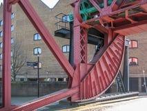 Metaalstructuurbrug over rivier royalty-vrije stock foto