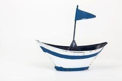Metaalstuk speelgoed boot met vlag Stock Fotografie
