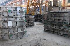 Metaalstukken in fabriek Stock Afbeeldingen