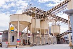 Metaaltanks bij een een raffinaderijinstallatie of fabriek Royalty-vrije Stock Foto's