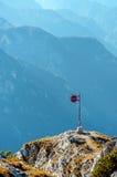 Metaalteken bij een bergbovenkant in de alp Stock Afbeeldingen
