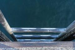 Metaaltrap binnen aan water voor goint om te zwemmen royalty-vrije stock foto