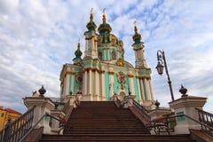 Metaaltreden met mooie lantaarns aan de Kerk van Heilige Andrew Beroemde toeristische plaats en reisbestemming in Kyiv stock afbeeldingen