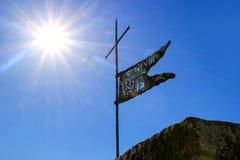Metaalvlag op de bovenkant van Montalcino-Vestingstoren tegen blauw stock foto's