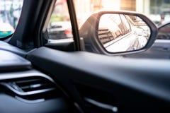 Metaalvleugelspiegel van moderne auto stock afbeelding
