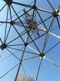 Metaalweb op blauwe hemel stock foto's