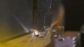 Metaalwerkstuk door roterende tandmolen die machinaal wordt bewerkt stock video