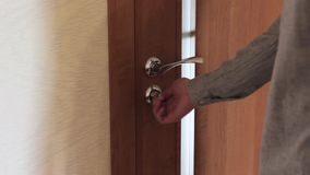 A metade abriu a porta no interior home acolhedor video estoque