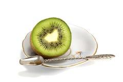 Metade bonita de um quivi no prato Fotografia de Stock Royalty Free